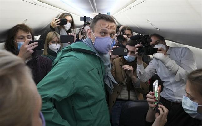 Aleksej Navalnyj ombord på planet som ska ta honom till Moskva.