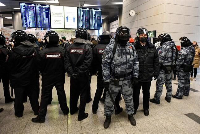 Kravallpoliser vid flygplatsen i Moskva för att möta Aleksej Navalnyj.