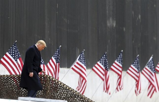 President Donald Trumps opinionssiffror störtar nedåt efter stormningen av Kapitolium. Här kliver han nedför trappor inför ett framträdande i Texas i tisdags.