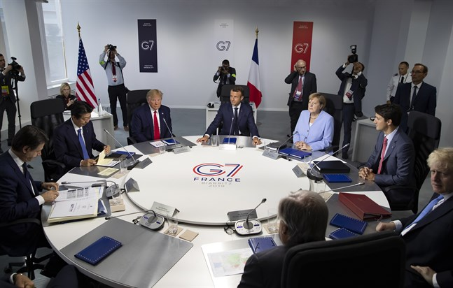 G7-ledarna vid det senaste toppmötet 2019: Italiens premiärminister Giuseppe Conte, Japans premiärminister Shinzo Abe, USA:s president Donald Trump, Frankrikes presidenten Emmanuel Macron, Tysklands förbundskansler Angela Merkel, Kanadas premiärminister Justin Trudeau, och Storbritanniens premiärminister Boris Johnson.
