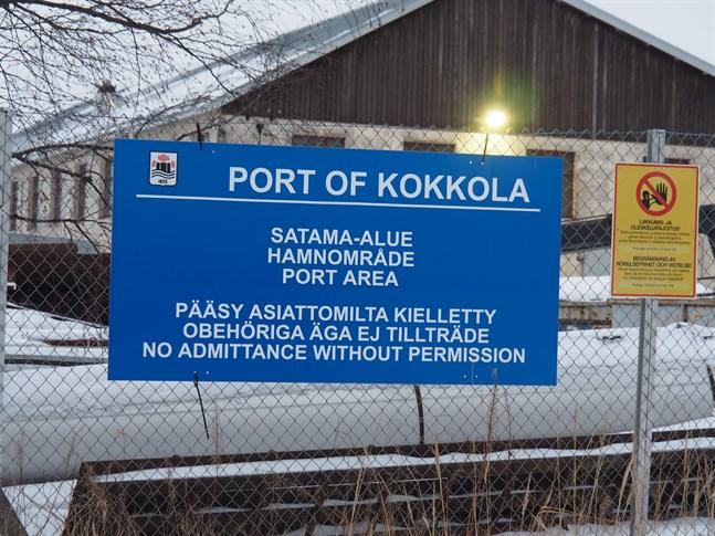 Sjömanskyrkan i Karleby är fortfarande aktiv efter 90 år. Hamnkuratorn jobbar med att besöka sjömännen på fartygen som kommer in till hamnen i Yxpila.