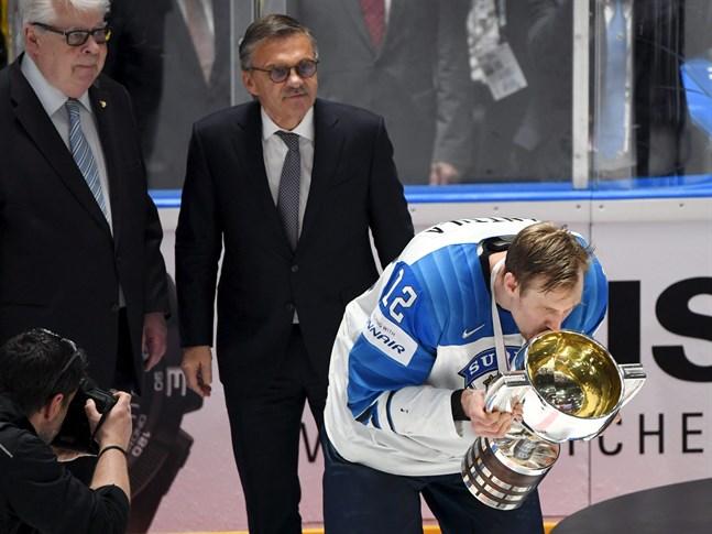 Finland är fortfarande regerande världsmästare eftersom fjolårets VM i Schweiz ställdes in. Lagkaptenen Marko Anttila fick ta emot bucklan i Bratislava 2019.