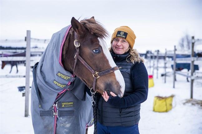 Anna Tujulin med hästen Elli. Hon har också hästarna Bruno och Ivar.
