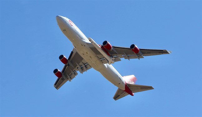 """Virgin Orbits modiferade Boeing 747, som döpts till """"Cosmic Girl"""", på väg mot att ta en raket mot atmosfären under söndagen."""