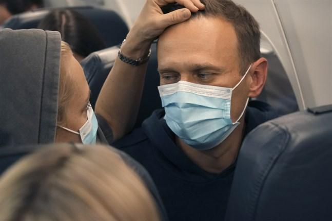 Aleksej Navalnyj och hans hustru Julia på det flygplan som tog dem från Berlin till Moskva.