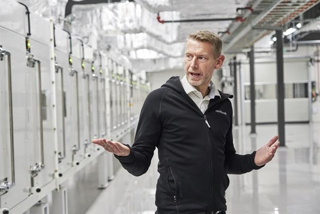 Northvolts vd Peter Carlsson i bolagets fabrik i Västerås. Nu har Northvolt fått utökat miljötillstånd för utbyggnaden i Skellefteå. Arkivbild.