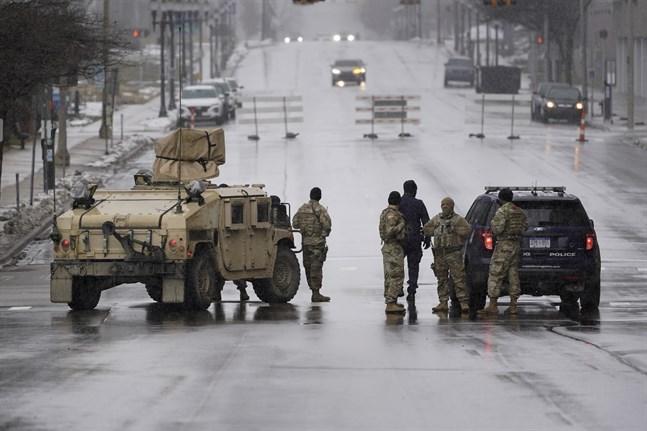 Michigans nationalgarde och polis från delstatens huvudstad Lansing bevakar öde gator.