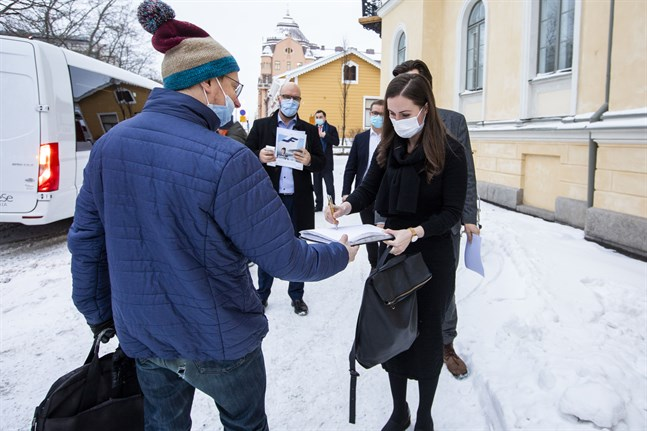 Sanna Marin är populär. På väg in till styrelsegården möttes hon av en Vasabo som ville ha statsministerns autograf.