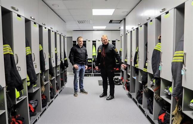 Här ska manskapet klä på sig sin utrustning på drygt 60 sekunder, säger Jens Granholm och Sune Carlström.