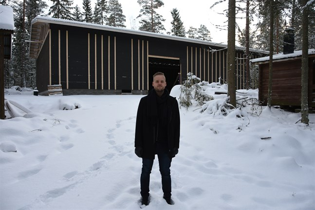 Hallen ska stå klar någon gång under våren, berättar Simon Nystén.