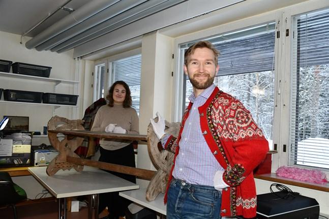 Museianställda Linda Aura och Timjami Varamäki är glada över att snart kunna återbörda bänken dit den hör hemma.