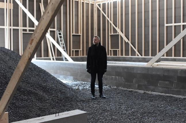 Närpes teaters ordförande Simon Nystén är glad över att byggprojektet äntligen förverkligas.