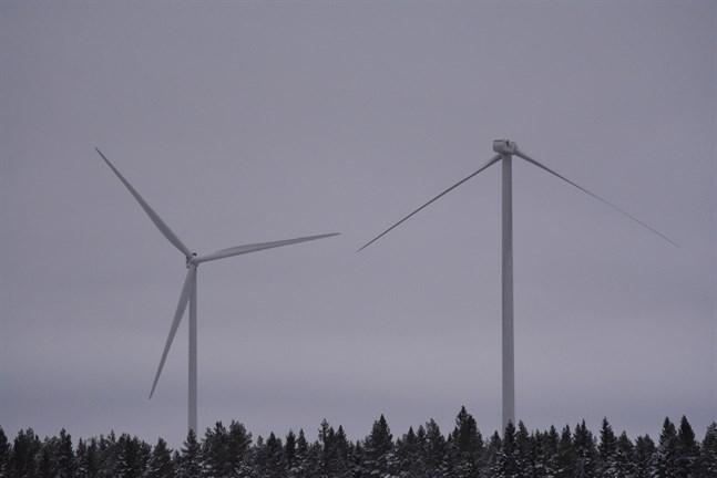 Fyra turbiner var på tisdagen ur bruk vid Ömossa vindkraftspark i Ömossa. Efter de två vingbrotten i fjol har alla vindkraftverk på området granskats.
