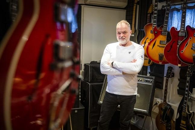 """Charles Plogman ser äntligen en ljusning för musikbranschen efter den långa och svåra pandemin. Han är aktuell både i tävlingen """"Syksyn sävel"""" och med gruppen Rock Theatre."""