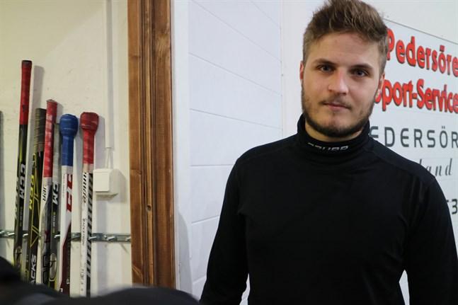 Enligt Robin Lillskrubb i IK Kronan får klubbarna sätta sin prägel på hur serien fullföljs och nu försöker division två-lagen enas kring en dubbel serie plus playoff under senare halvan av april.