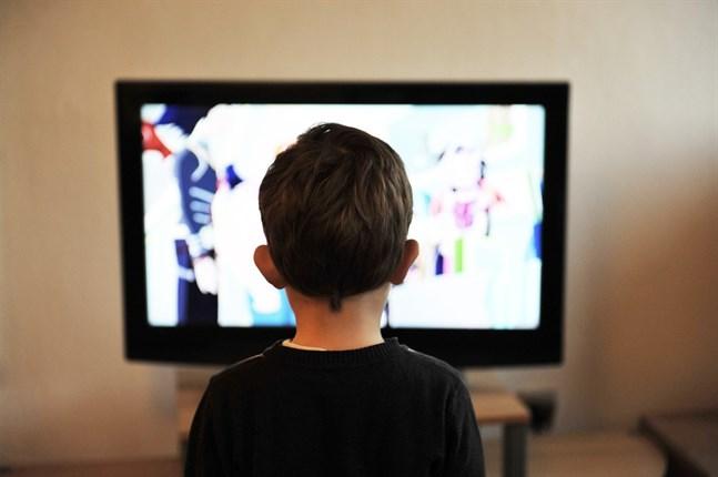 År 2020 ökade det traditionella tv-tittandet med 3 procent. Det betyder att finländarna i medeltal tittade på traditionell tv 2 timmar och 47 minuter varje dag.