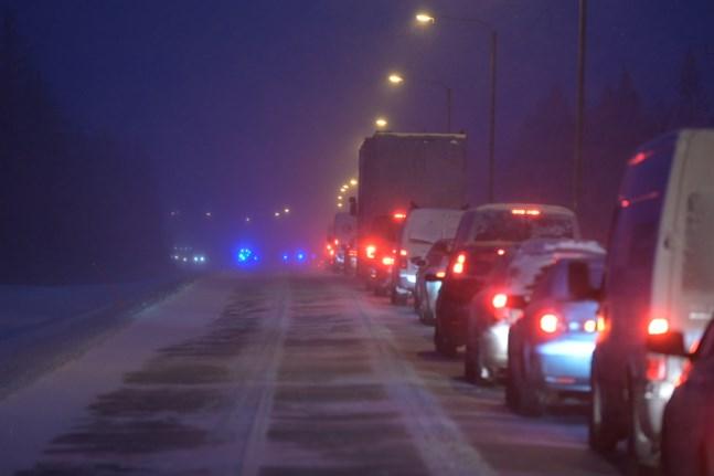 Ett körfält är avstängt och trafiken står på Larsmovägen, strax söder om Gertruds.