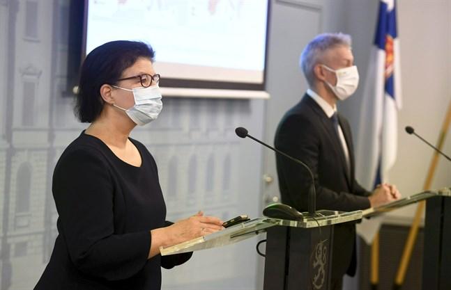 Strategidirektör Liisa-Maria Voipio-Pulkki från Social- och hälsovårdsministeriet och överläkare Taneli Puumalainen från Institutet för hälsa och välfärd gav en lägesrapport om coronaepidemin på torsdagen.