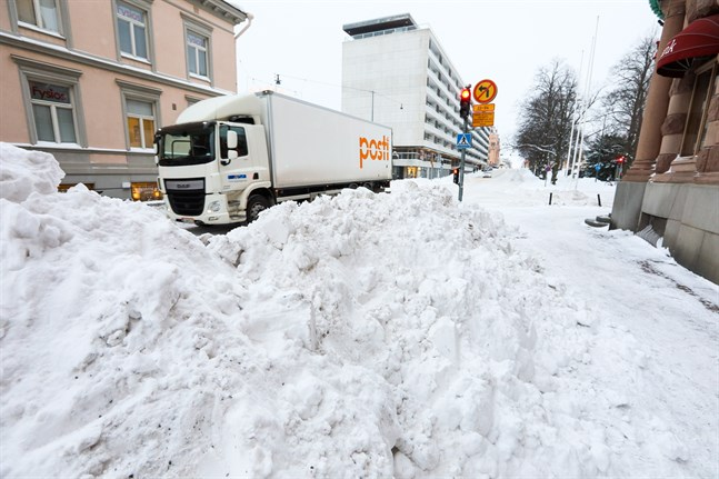 Det dröjer till eftermiddagen innan Vasa stad får bort snöhögarna från gatorna.