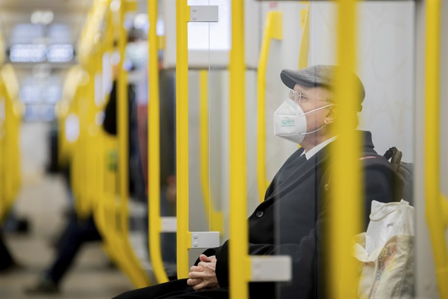 En tunnelbaneresenär med munskydd i Berlin. Bilden är från i onsdags.