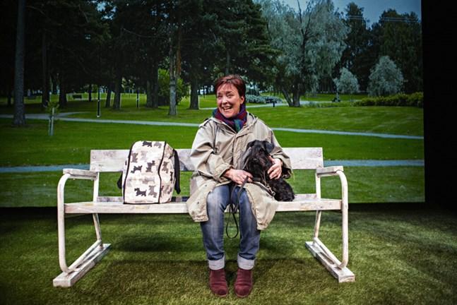 """Carola Sarén intar scenen tillsammans med sin hund Donna i monologen """"Hundliv"""" som börjar spela igen i början av mars."""