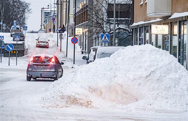 I slutet av januari såg det ut så här i centrum av Jakobstad. Alerte jobbar fortsättningsvis med att forsla bort snö.