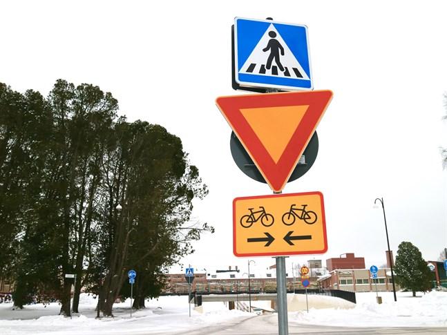 Bilister som kör längs Jakobsgatan har nu förkörsrätt i korsningen mellan Jakobsgatan och Stationsvägen.