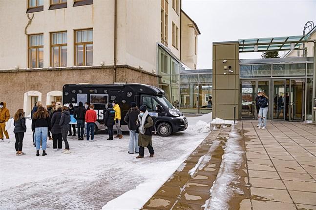 Walkersbilen på besök utanför Jakobstads Gymnasium efter att skoldagen är slut.