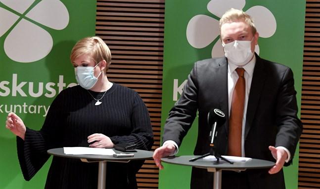 Annika Saarikko, ordförande för Centern, och Antti Kurvinen, ordförande för Centerns riksdagsgrupp, ber Samlingspartiet omvärdera sin ståndpunkt om vårdreformen.