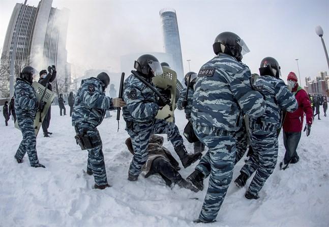 Jekateringburg, Rysslands fjärde största stad: Omon-poliser griper människor på ett snötäckt torg.