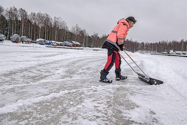 Johan Strömberg säger att det är fritt fram att skotta upp banan om det snöat.