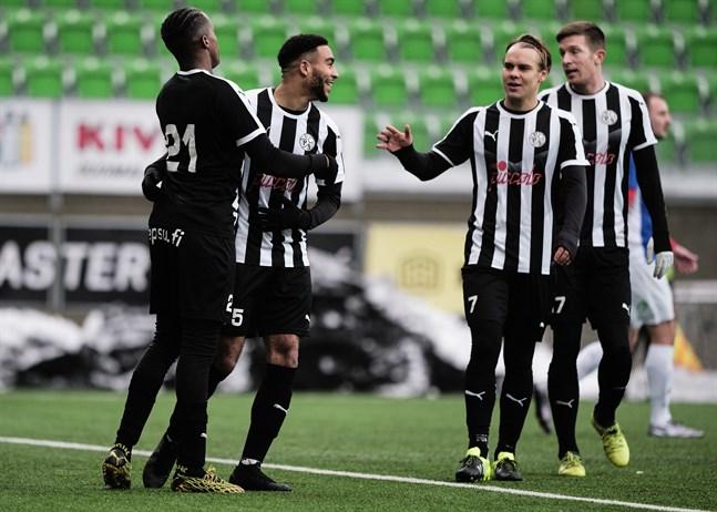 Luqman Kassim var rejält på hugget mot Vasa IFK och inblandad i så gott som allt VPS skapade framåt. Här firar han 0–3-målet med  Fabrice Gatambiye, Aleksi Pahkasalo och Kalle Multanen.