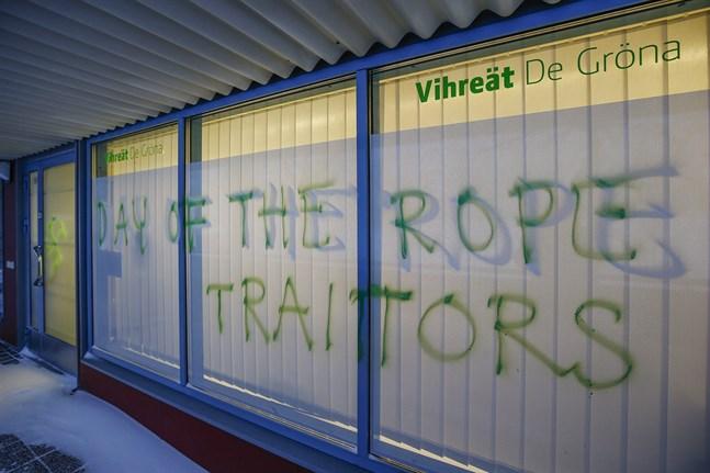 Hot och hakkors har målats på fönstren till De grönas partikansli i Uleåborg.