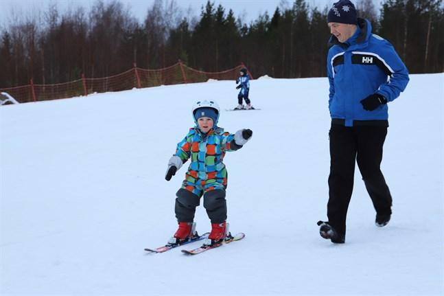 I Öjbergets barnbacke testade fyraårige Eelis Hansell för första gången någonsin att stå på ett par slalomskidor. Pappa Simon Hansell springer bredvid och hejar på.