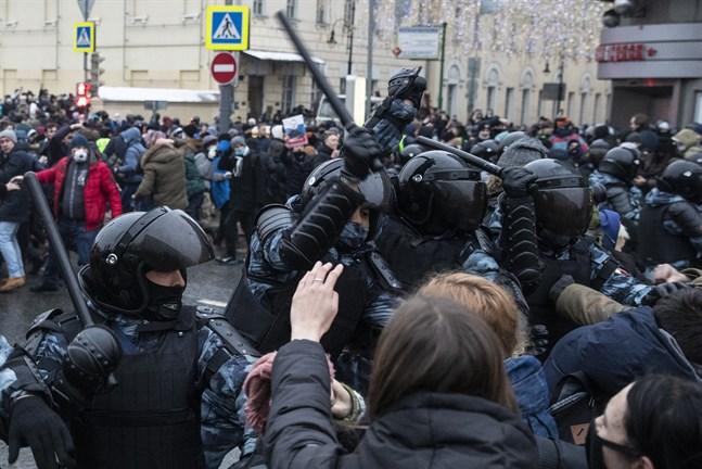 Poliser och demonstranter drabbade samman i Moskva på lördagen.