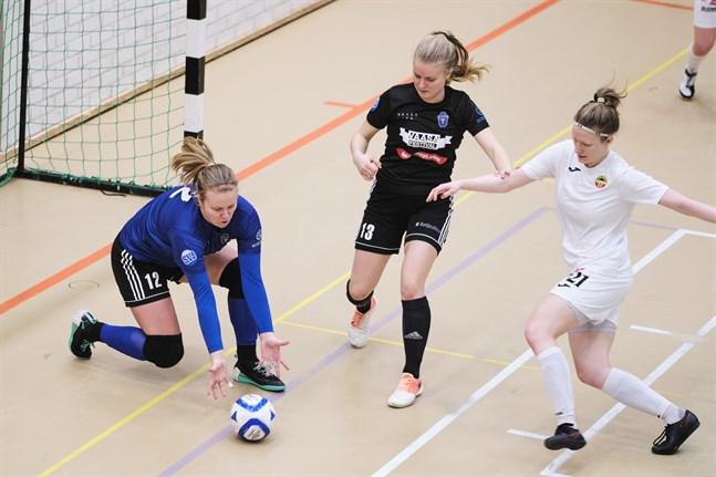 Lotta Rosenström (i blått) tvingades släppa fyra bollar förbi sig i Tammerfors.