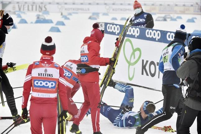 Aleksandr Bolsjunov är rasande och har slagit ner Joni Mäki efter målgång i Lahtis.