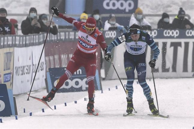 Joni Mäki var först in på upploppet och valde taktiskt att ta ytterspåret. Men Aleksandr Bolsjunov ville ha samma spår och åkte på Mäki när han försökte passera på litet utrymme. Det gjorde att ryssen brände propparna totalt.