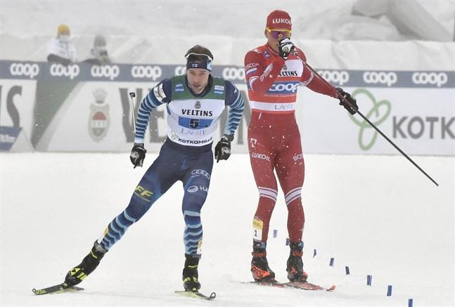 Joni Mäki har passerat en rasande Aleksandr Bolsjunov och andraplatsen är säkrad.
