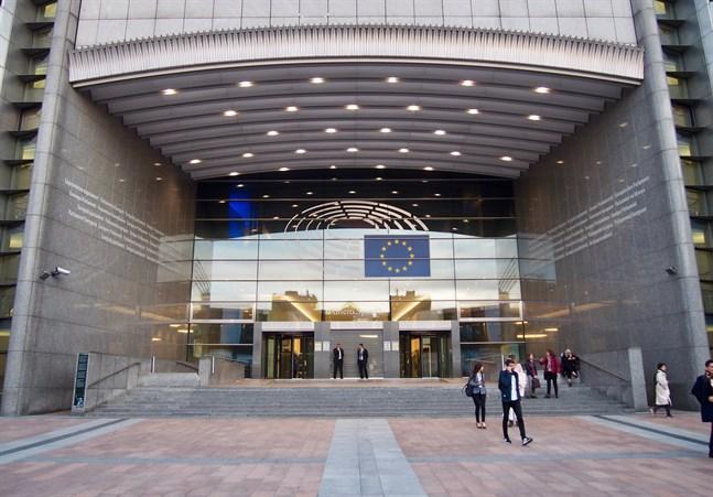 Europaparlamentarikerna Silvia Modig (VF/GUE/NGL) och Nils Torvalds (SFP/RE) efterlyser mer öppenhet om EU:s vaccinavtal.