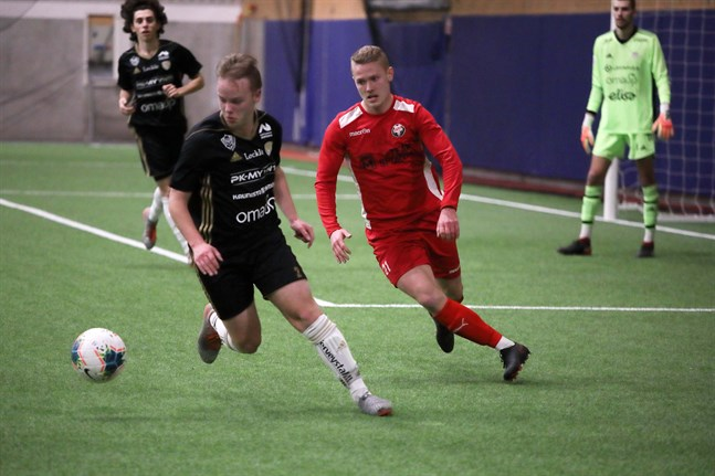 Jim Myrevik i Jaro sätter press på Antti Takala i SJK Akatemia, när lagen möttes i Jakobstad i januari. I Seinäjoki var Jaro ofta steget efter division 2-laget.