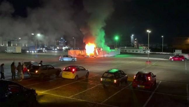 I den här bilden, tagen ur ett videoklipp, syns ett covidtestcenter som stuckits i brand i Urk, åtta mil nordöst om Amsterdam.