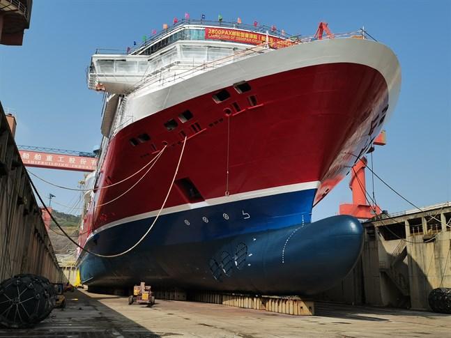 Viking Glory (bilden) är större än Viking Lines miljöpionjär Viking Grace, men beräknas ändå förbruka cirka tio procent mindre bränsle och därmed bli ett av världens mest energieffektiva fartyg.