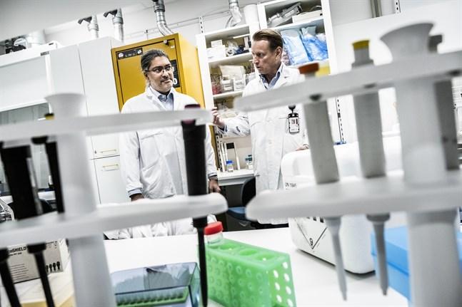 Professor Matti Sällberg, till höger, med kollegan professor Ali Mirazimi, vid Karolinska institutet i Huddinge. Arkivbild.