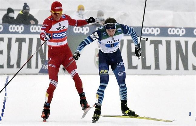 Alexander Bolsjunov och Joni Mäki på upploppet under helgens världscupstafett i Lahtis.