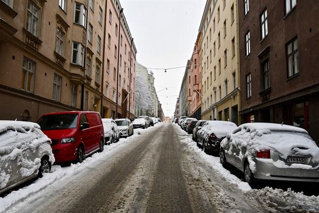 Under måndagen gäller varning för dåligt väglag i halva landet, från landskapet Nyland upp till Mellersta Österbotten och Kajanaland. Arkivbild.