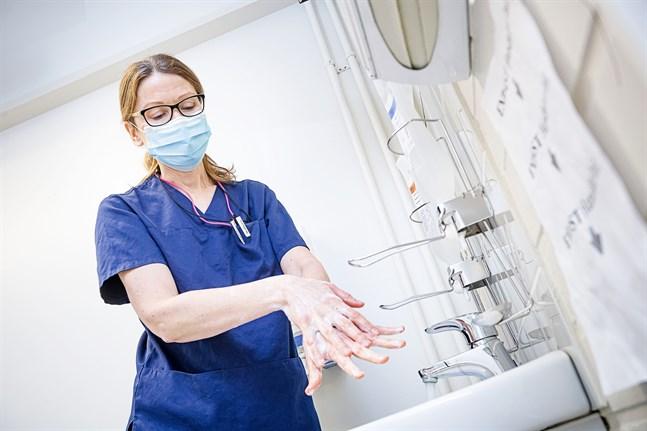 Smittskyddsläkare Johanna Gripenberg på Social- och hälsovårdsverket i Jakobstad rapporterar på fredagen om fem nya fall av covid-19.
