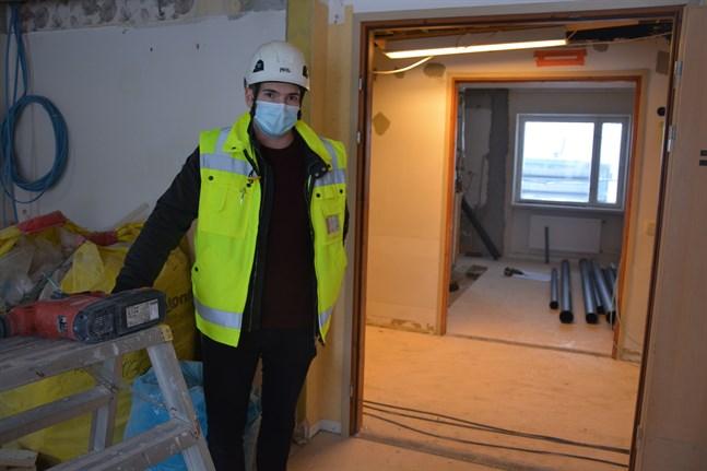 En del omflyttningar krävs då hälsovårdscentralen i Närpes ska renoveras. Tandläkarmottagningen flyttar till rum i före detta Fridahemmet, visar Daniel Ellfolk.