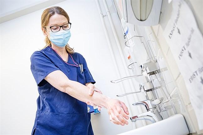 Smittskyddsläkare Johanna Gripenberg är orolig över de outredda smittkedjorna i jakobstadsregionen.
