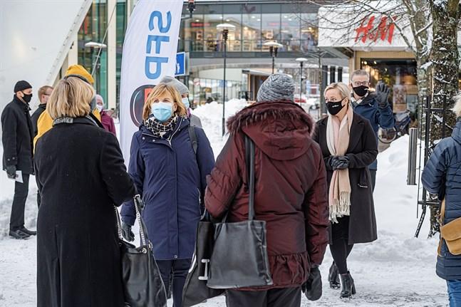 Justitieminister Anna-Maja Henriksson i samtal med Karlebybor. Johanna Holmäng och Leif Jakobson i bakgrunden.